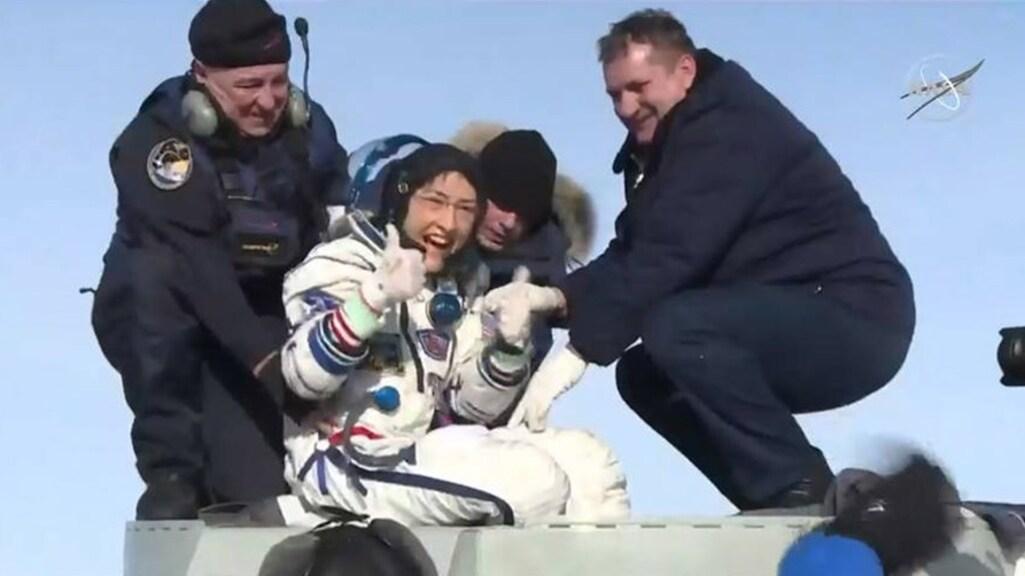 Christina Koch stak haar duimen op toen ze uit de capsule stapte.