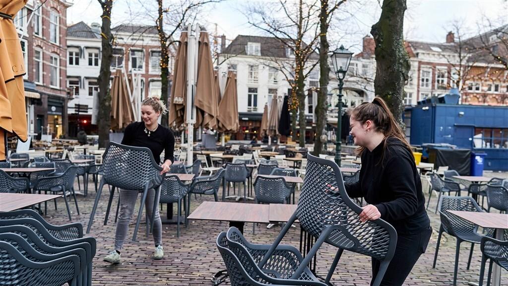 De cafes op het Plein ruimen het terras op.
