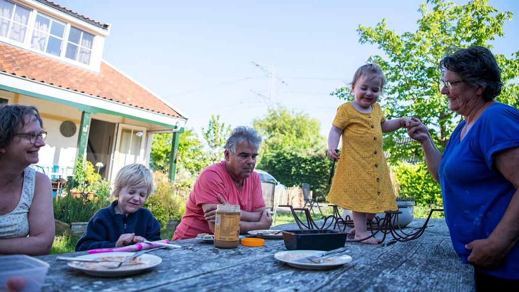 Alle grootouders en kinderen samen aan tafel
