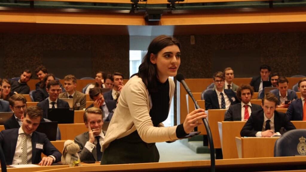 PvdA-raadslid Sophie Heesen tijdens het jongerendebat in de Tweede Kamer