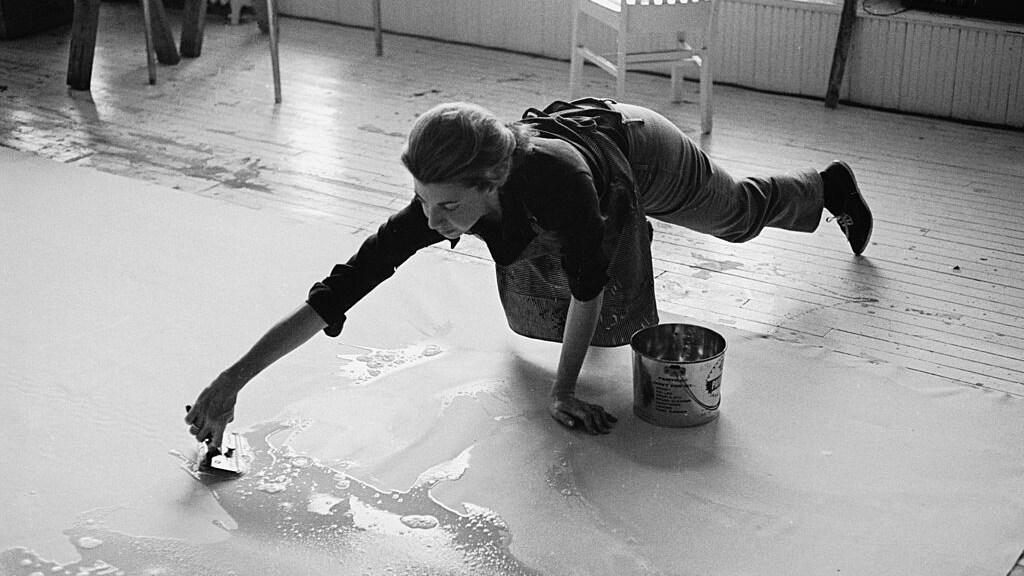 Kunstenaar Helen Frankenthaler aan het werk
