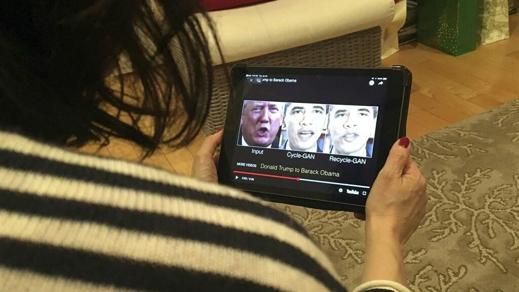 Een Trump-uitspraak wordt geprojecteerd op het gezicht van Obama