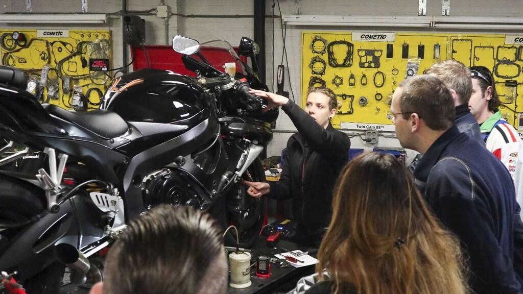 Lucy van Ostade geeft uitleg over de werking van een motor.