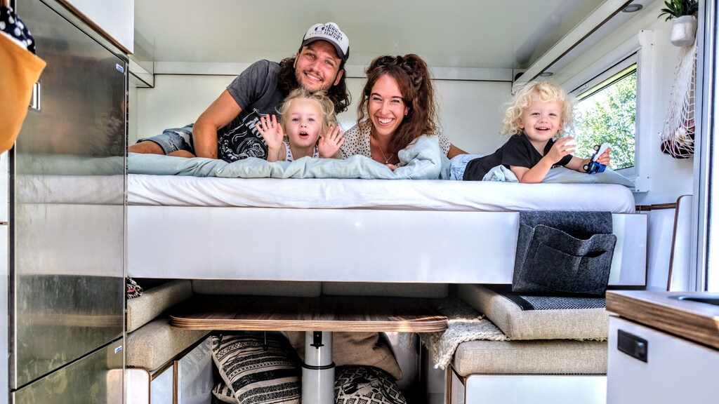 Michael, Fleur, Julie en Given in hun truck Manfred