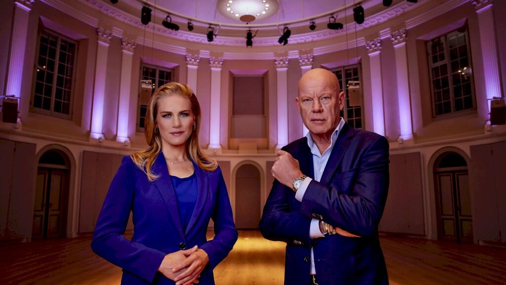 Jetske Schrijver en Frits Wester presenteren het RTL Verkiezingsdebat.