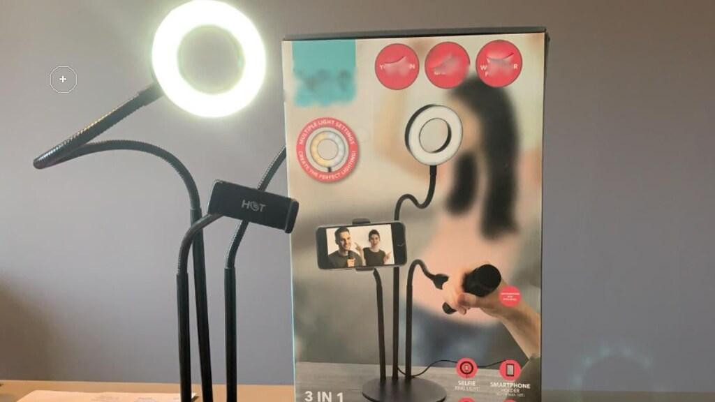 Het statief met lamp van de Action, dat de medewerkers van Puur Events kregen.