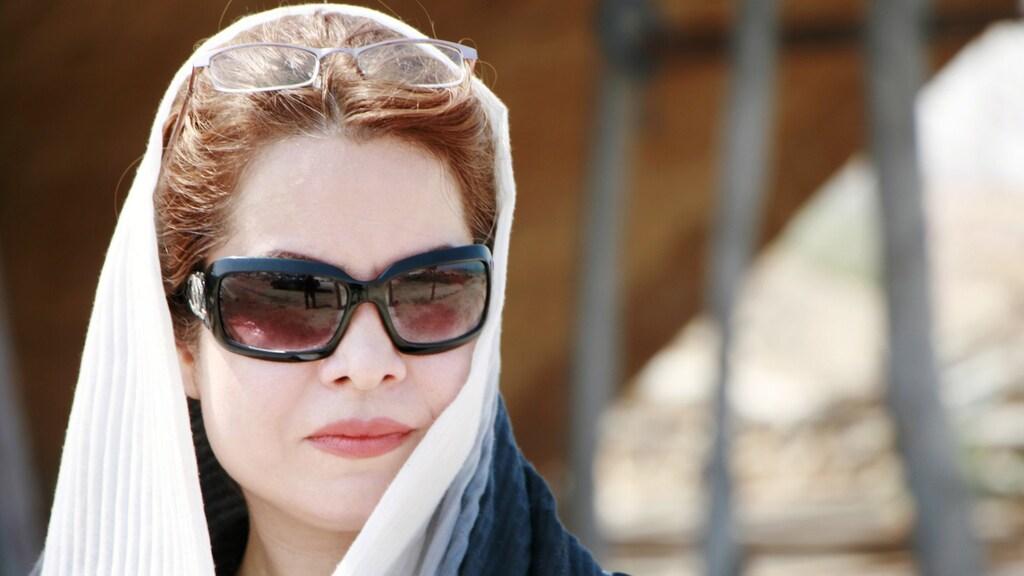 Iraanse vrouw draagt haar verplichte hoofddoek, maar haar haar is zichtbaar.