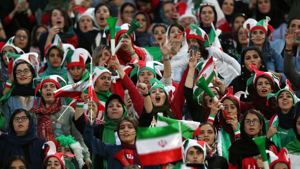 Vrouwen in het Azadi voetbalstation in Teheran tijdens een wedstrijd tegen Cambodja, 2019.