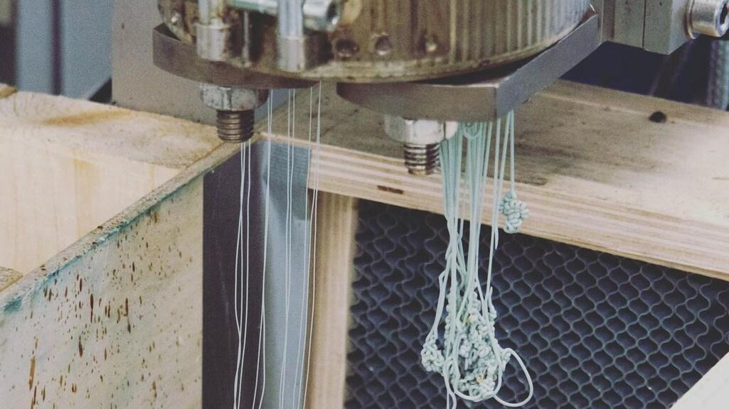 Van het plastic wordt garen gemaakt.