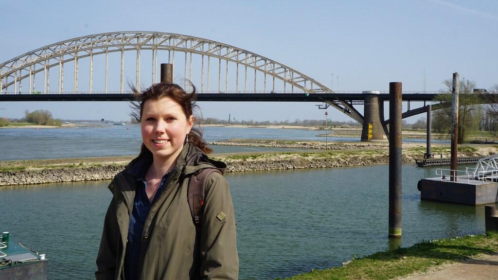Stadsecoloog Ingeborg Swart bij de Waalbrug in Nijmegen
