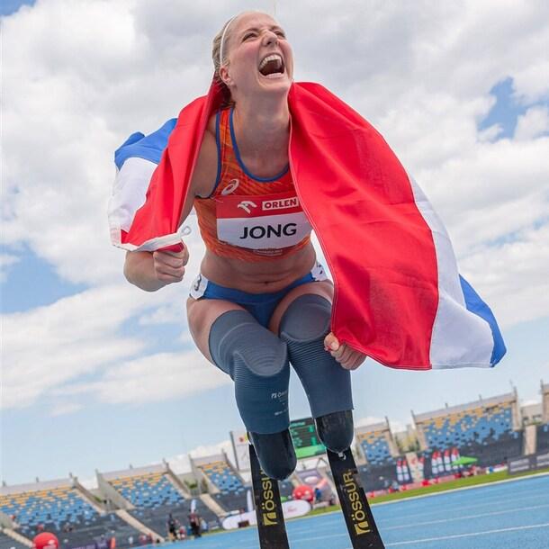 Fleur Jong na het lopen van een wereldrecord op de 100 meter in de klasse T64 tijdens het EK para-atletiek van dit jaar.