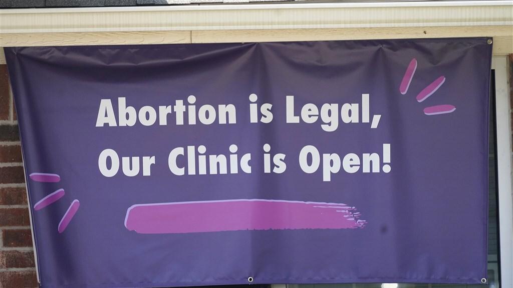 """""""Abortus is legaal. Onze kliniek is open."""" Deze kliniek in Fort Worth (Texas) is het duidelijk niet eens met de nieuwe anti-abortuswet."""