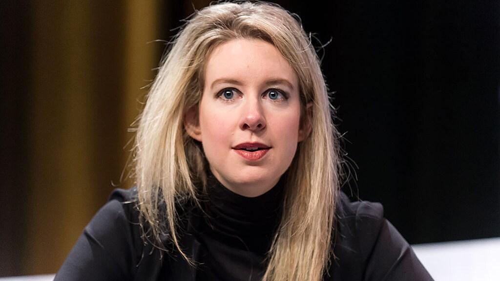 Elizabeth Holmes in 2015, voor de val van Theranos. De zwarte coltruien droeg ze in de stijl van Apple-topman Steve Jobs.