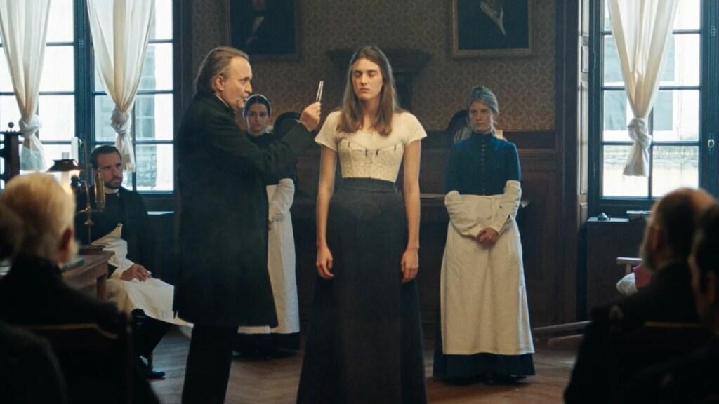 Scène uit de verfilming van Le bal des folles, van Victoria Mas