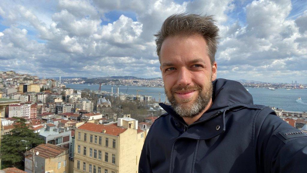 Turkije-correspondent Olaf Koens is thuis met zijn vrouw en kinderen.