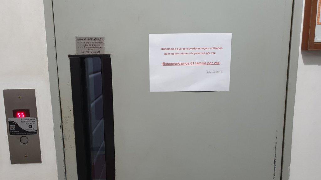 In dit appartementencomplex mag maar één familie tegelijk in de lift