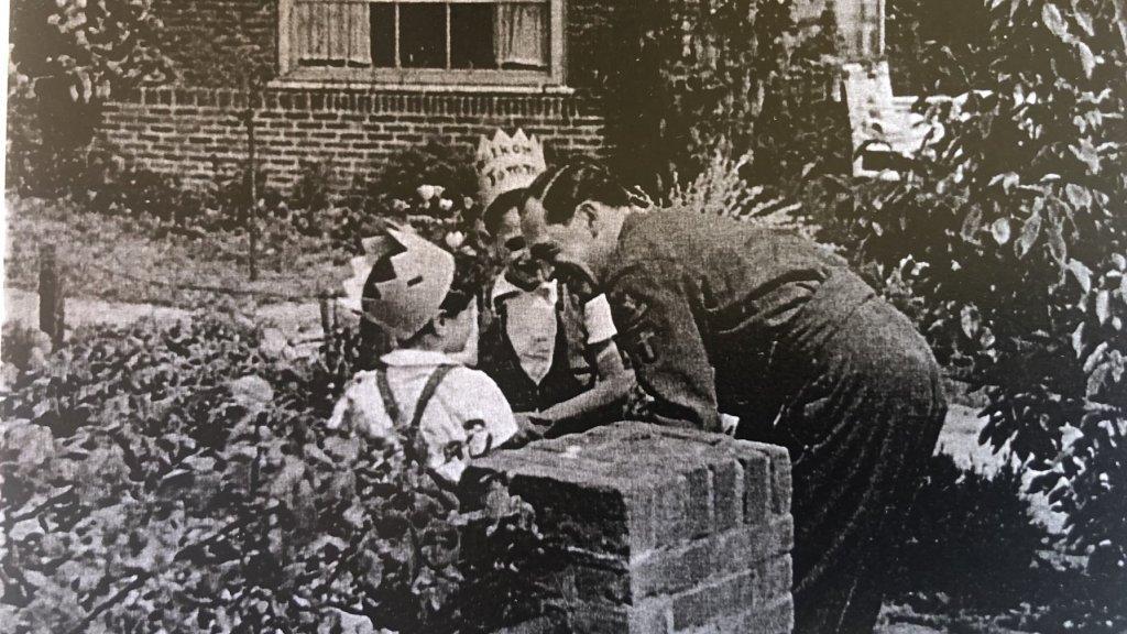 René en Lucy, herenigd met hun vader Herman Speijer