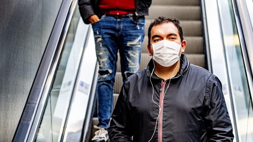 Reiziger met een mondkapje op Utrecht Centraal, 6 mei 2020.