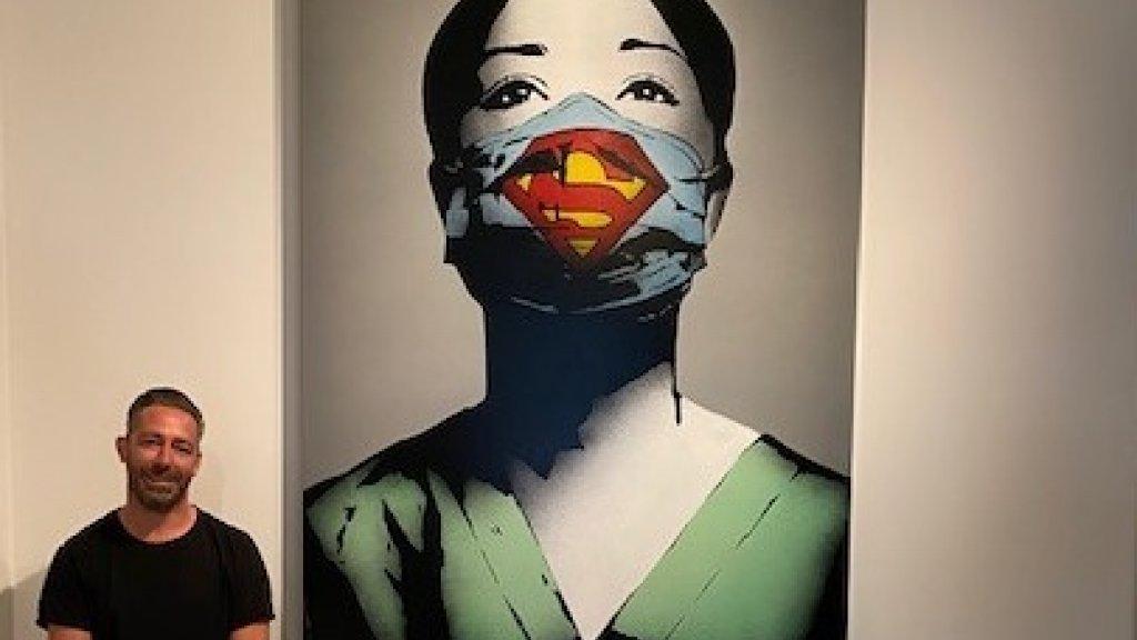 Streetart kunstenaar Manuel Seikritt, beter bekend als FAKE, met zijn Super Nurse.