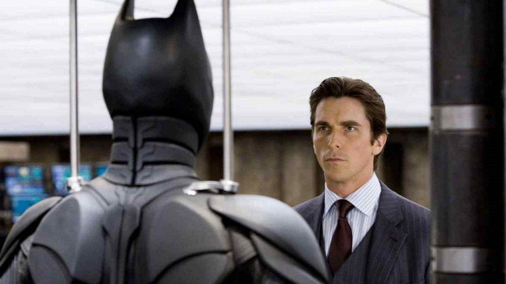 Bruce Wayne kijkt naar zijn Batman-pak