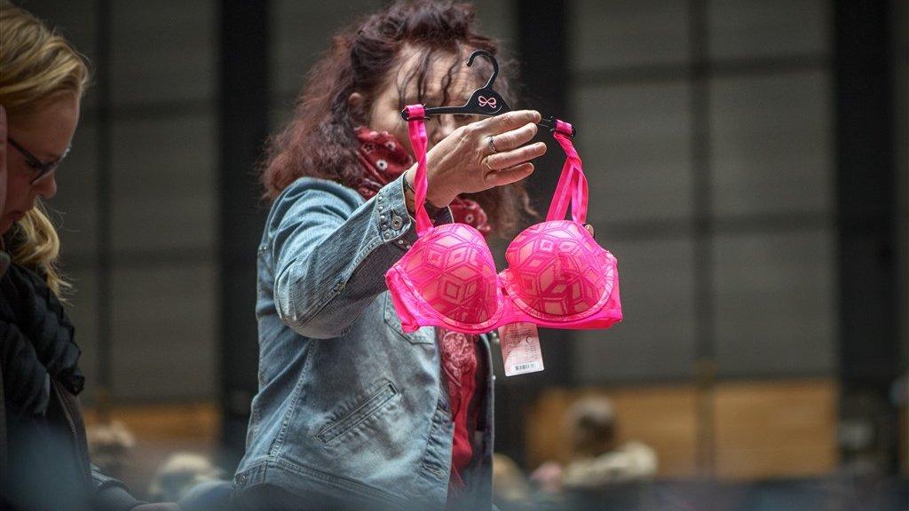 Koopjesjagers bij de jaarlijkse fabrieksverkoop van lingerieketen Hunkemöller.