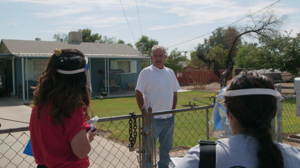 Campagnemedewerker Diana Mora-Torres gaat langs de deuren om kiezers te spreken