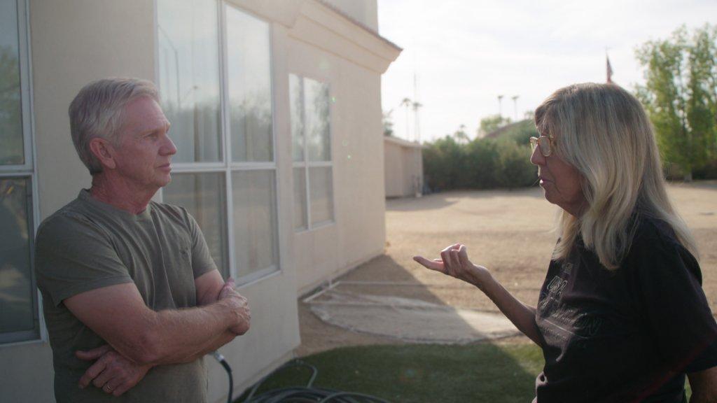 Susan Wood in overleg met een lokale Republikein