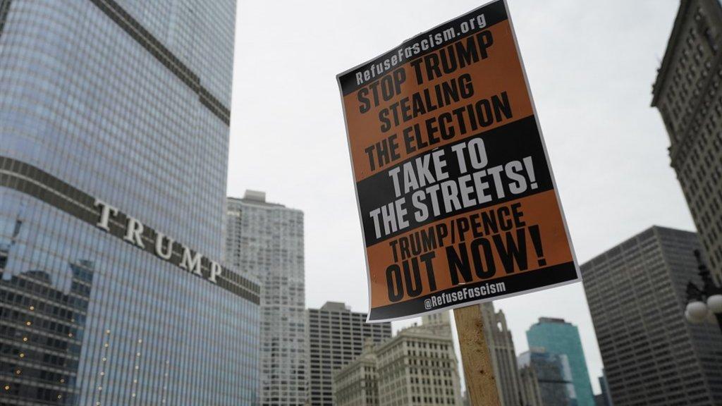 Protestbord bij een Trump Tower in Chicago